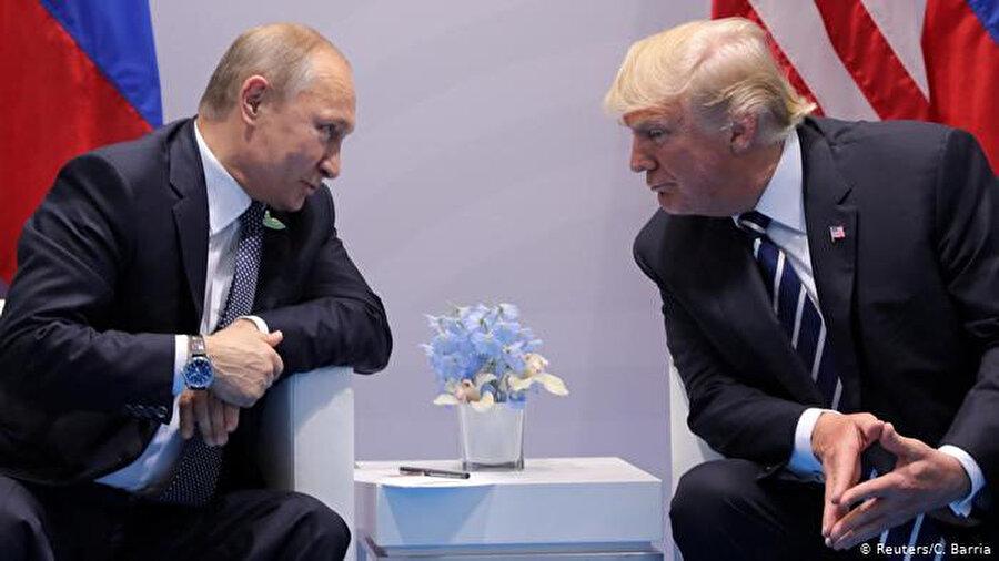 Fotoğrafta Trump'ın ellerinin şekli ve konumu da