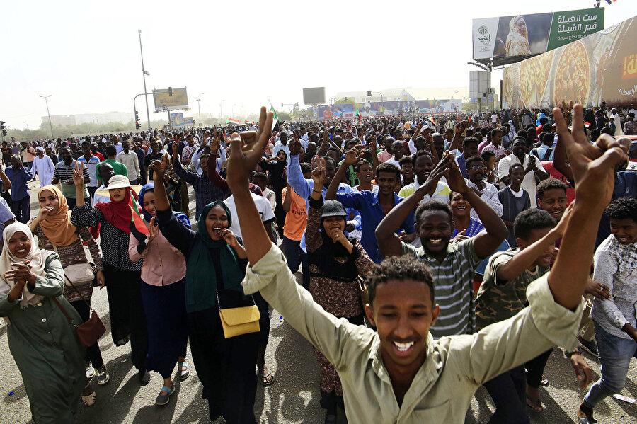 Sudan'da binlerce kişi demokrasi için ayakta.