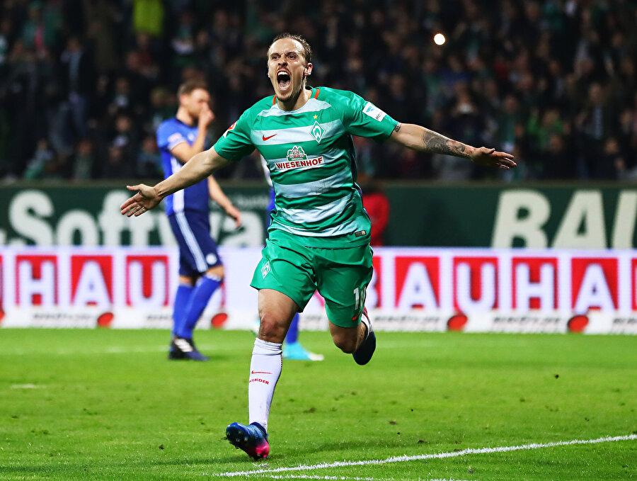 Alman futbolcu attığı golün ardından tribünlere koşuyor.