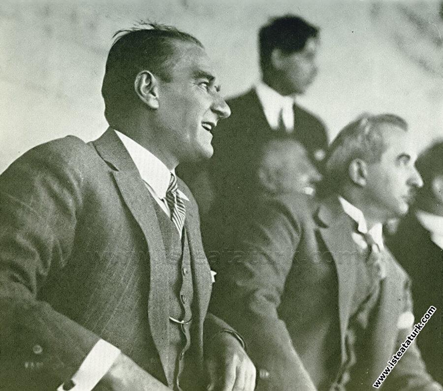 Mustafa Kemal Atatürk ve İsmet İnönü, Gazi Koşusu'nu izliyor.