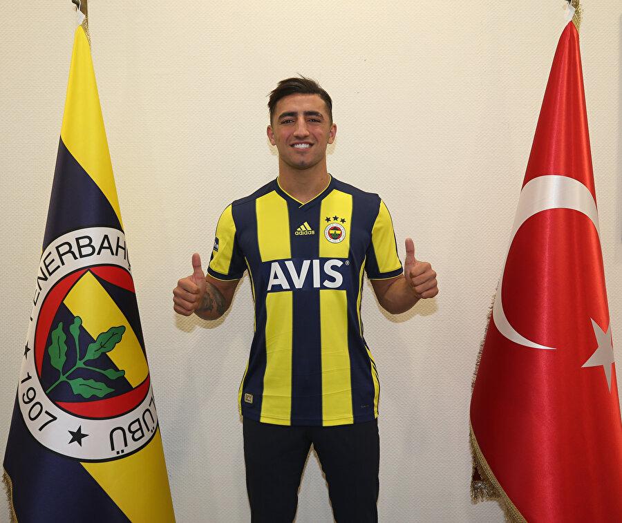 Allahyar Sayyadmanesh, sarı lacivertli takıma imza attıktan sonra arma ve Türk Bayrağıyla poz veriyor.