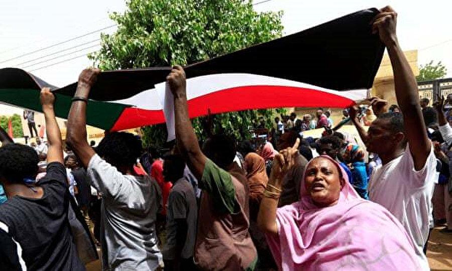 Kuzey Hartum'daki protestocular. Güvenlik güçleri, göstericileri Başkanlık Sarayı'ndan uzak tutmak için köprüleri kapattı.
