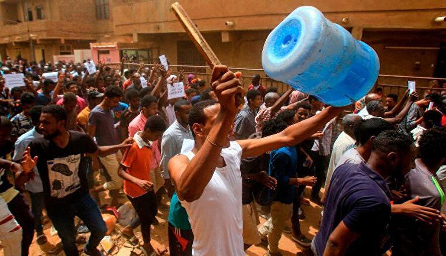 Binlerce insan büyük bir gösteri düzenlemek için toplanırken, polis, göstericilere göz yaşartırıcı gazla müdahale etti.