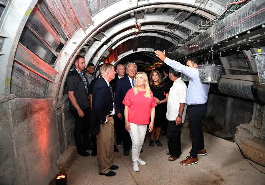Sara Netanyahu, Jason Greenblatt ve David Friedman tüneli geziyor.