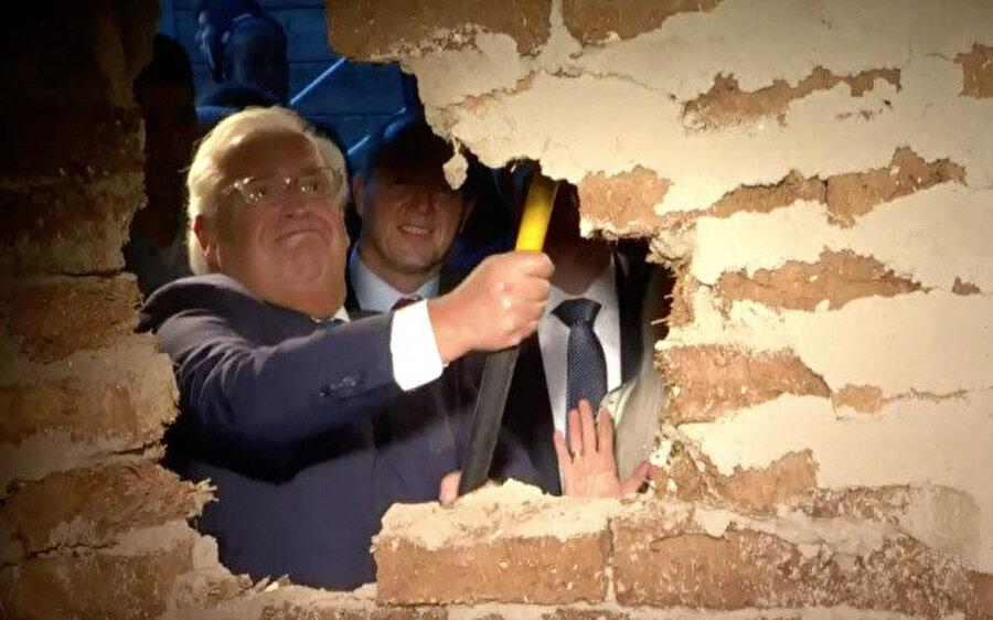 ABD'nin İsrail Büyükelçisi Friedman, Silvan'daki tünele giden sembolik duvarı yıkarken.