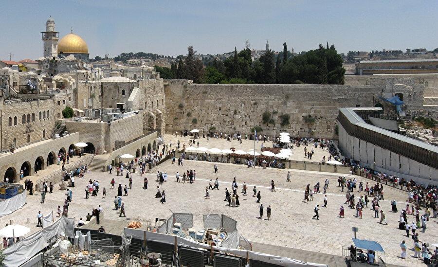 Mescid-i Aksa'nın batısında yer alan Burak Duvarı.