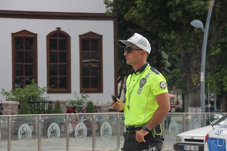 Trafik denetimleri sırasında görünen bir polis.