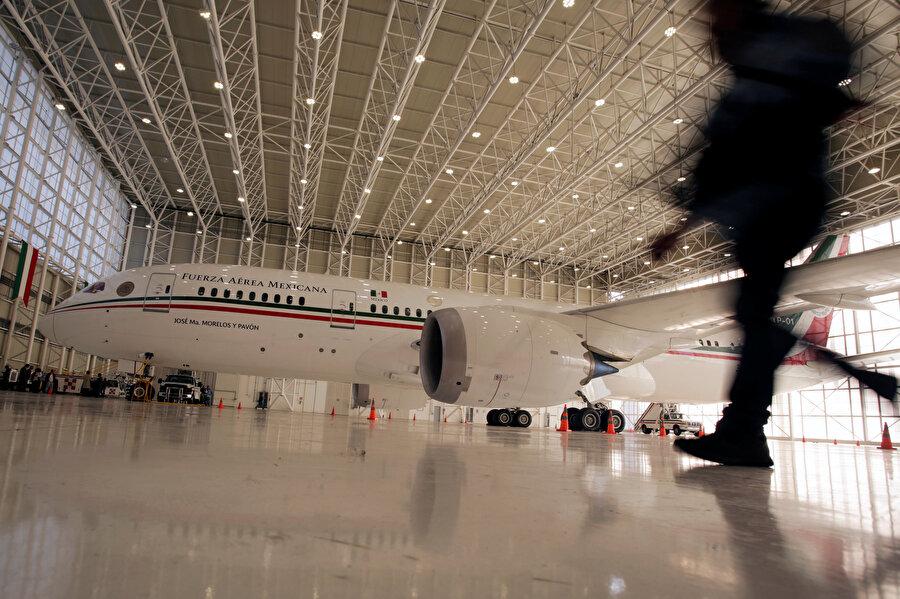 Boeing 787-8 tipi uçak park halinde görünüyor.