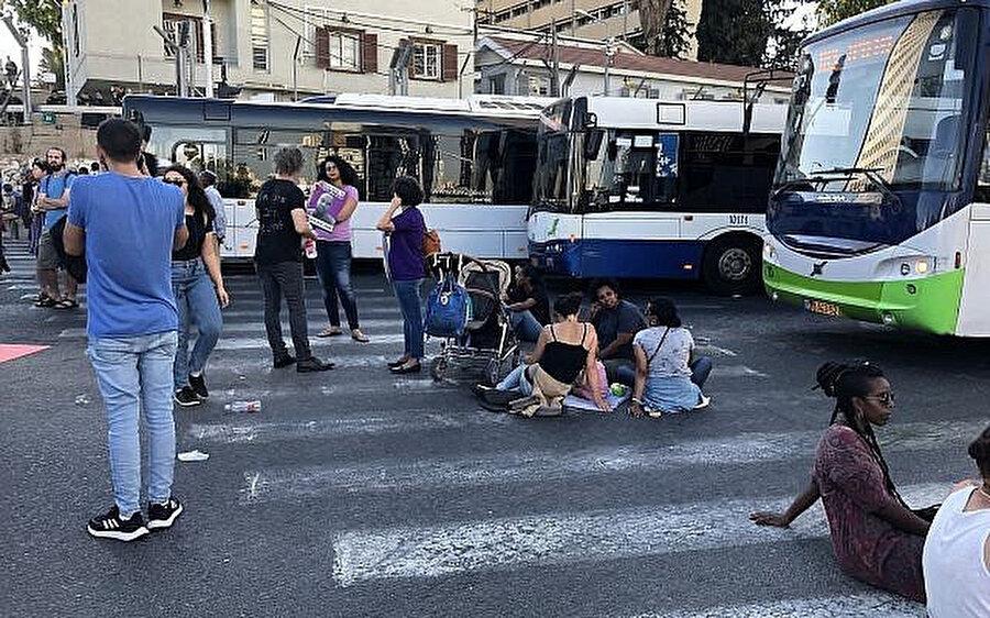 Etiyopya asıllı Yahudilere yönelik polis şiddetini, yolu trafiğe kapatarak protesto eden göstericiler.