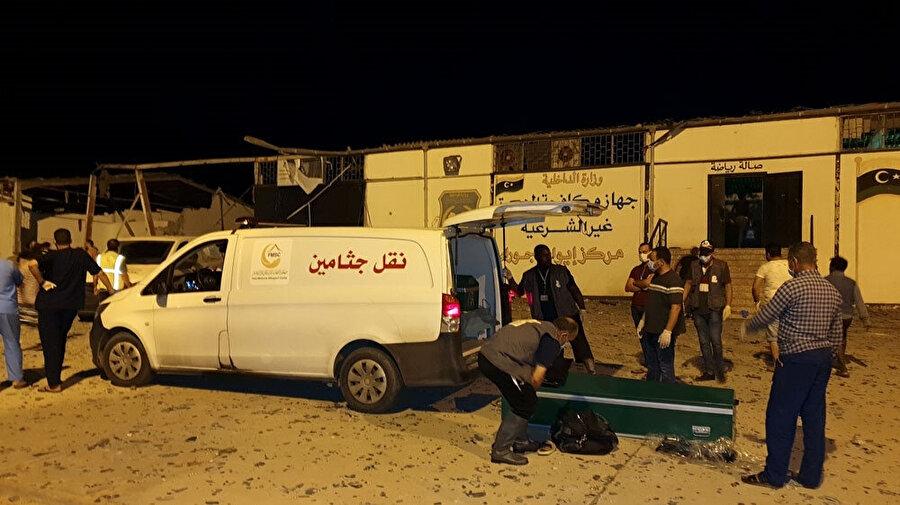 Hava saldırısının ardından cenazeleri kaldıran sağlık görevlileri.