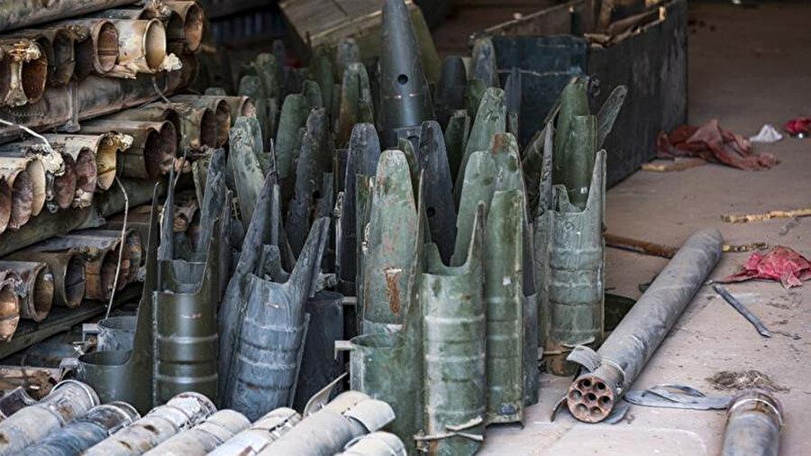 Giryan'da Haftar'a bağlı kuvvetlerin kullandığı kampta bulunan füzeler ve diğer silahların kalıntıları.