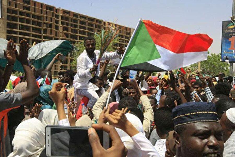 Nisan ayındaki gösteriler sırasında ordu karargahında toplanan Sudanlılar.