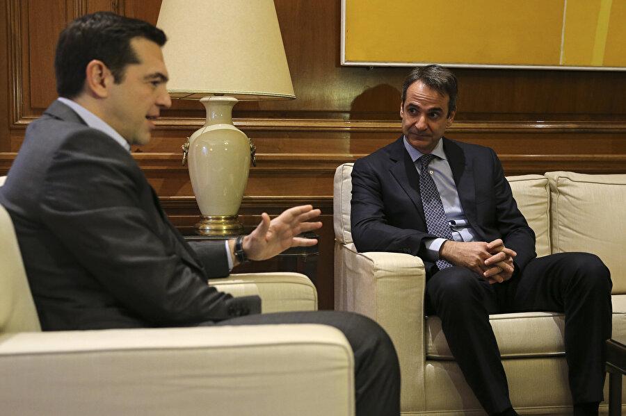 Kiriakos Miçotakis, Yunanistan Başbakanı Çipras ile görünüyor.