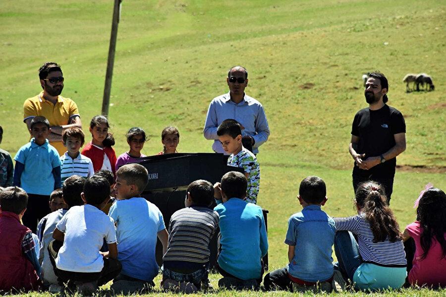 Bager Çalışcı ve köy okulundaki arkadaşları