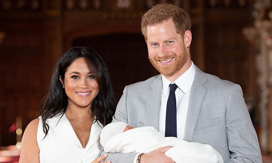 Meghan Markle ve Prens Harry çifti doğumdan kısa bir süre sonra bebeklerini basınla ile tanıştırdı