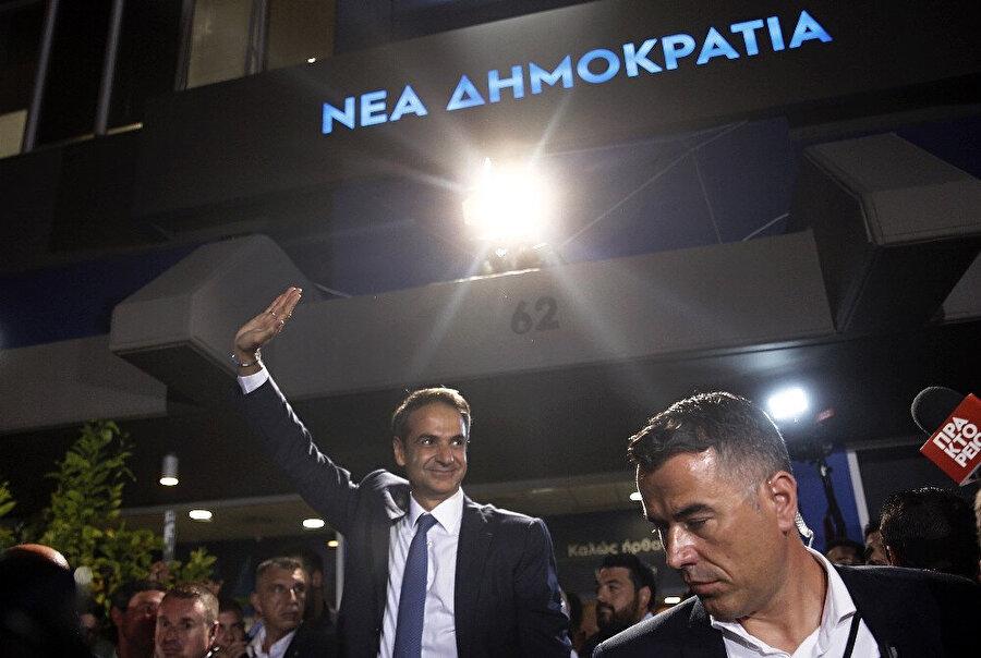 Miçotakis parti genel merkezinde sandık zaferini kutladı.