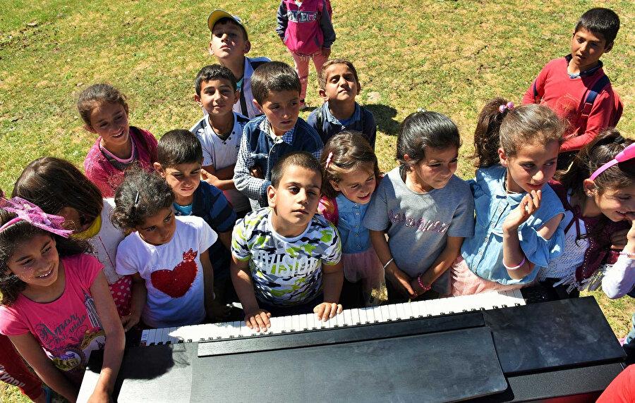 Bager Çalışcı, köy okulunda arkadaşlarına konser verdi