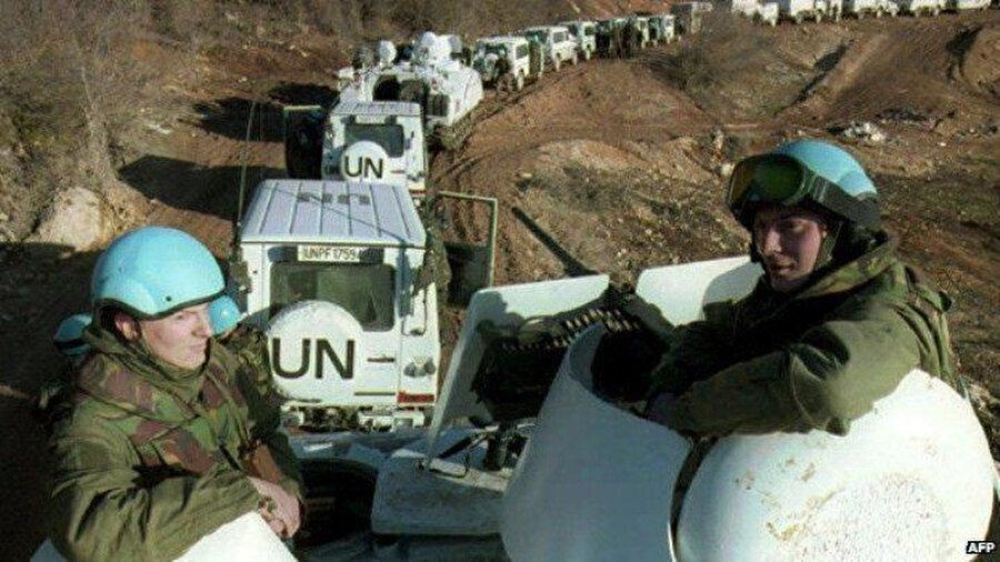 Katliamların gerçekleştiği sırada bir tabur Hollandalı barış gücü askeri Srebrenitsa ve çevresinde konuşlu bulunuyordu.
