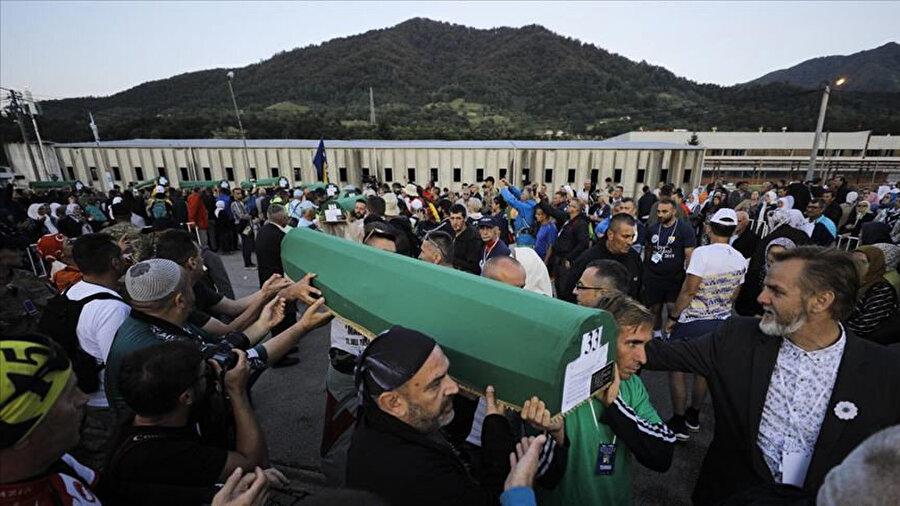 Srebrenitsa soykırımında öldürülen 33 kurbanın daha cenazesi, toprağa verilecekleri Potoçari Anıt Mezarlığı'na taşındı.