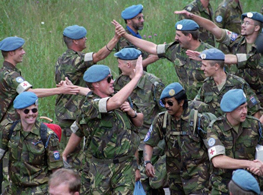 Srebrenitsa'ya yaklaşan Sırp askerlerinin 'sevinç' gösterileri.