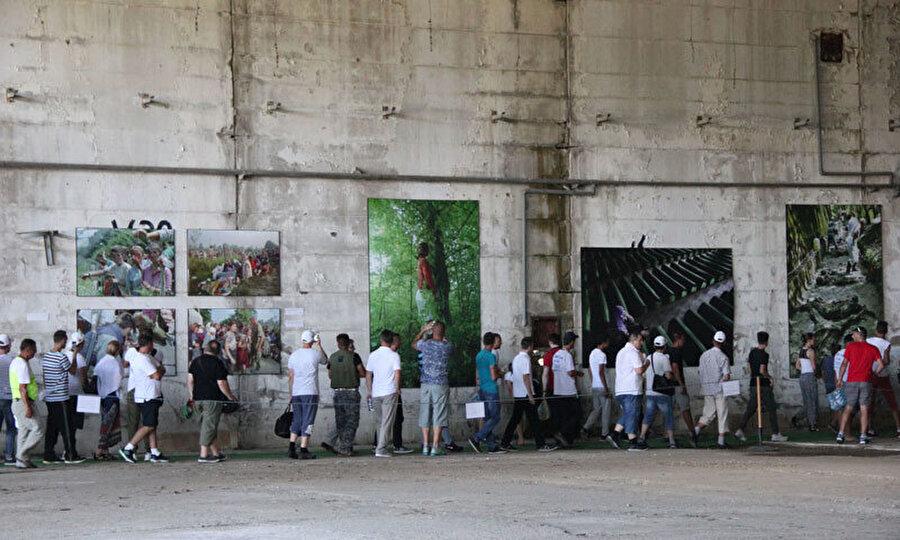Boşnakların sığındığı akü fabrikasında soykırıma dair yapılan resim sergisi.