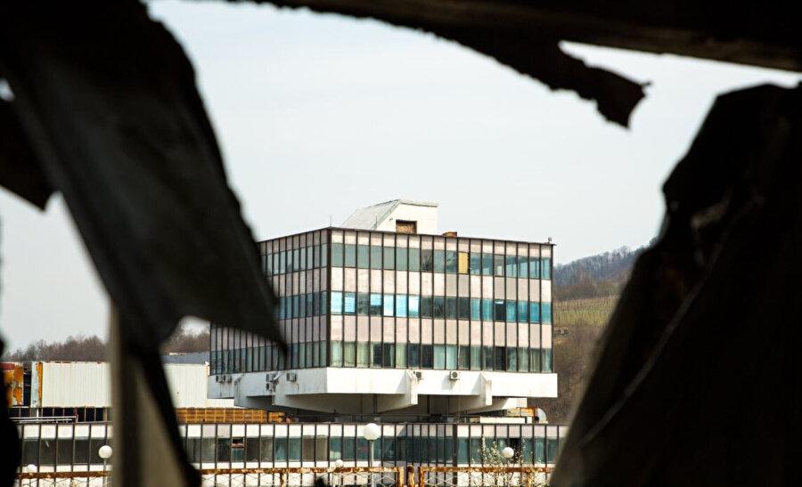 Binlerce Boşnak'ın Sırplara teslim edildiği fabrika günümüzde soykırım anıt merkezi olarak kullanılıyor.