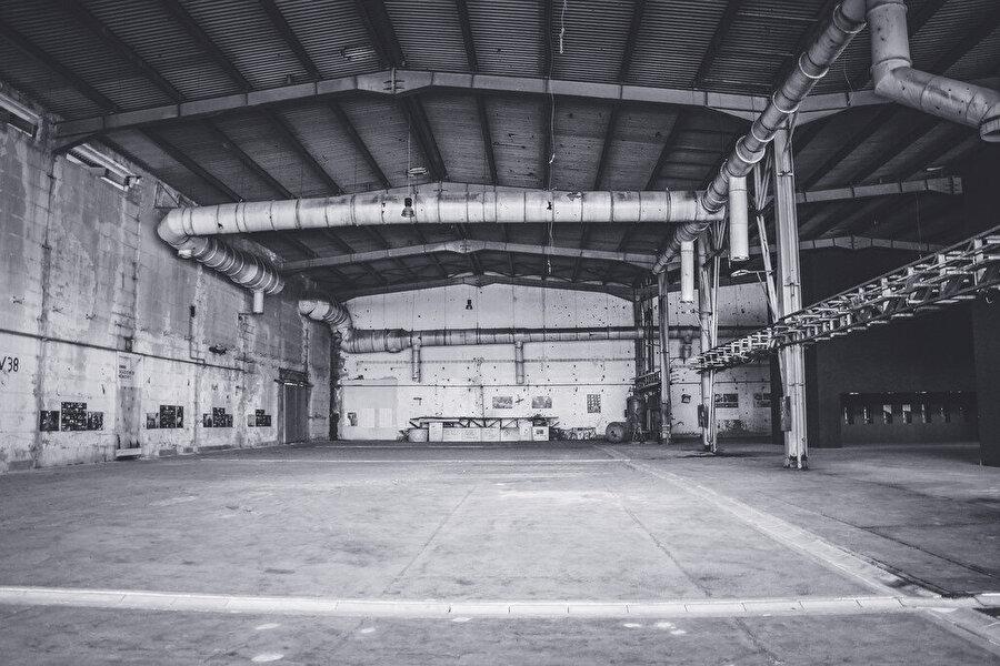 Potaçari Akü Fabrikası'nın içinden bir görünüm