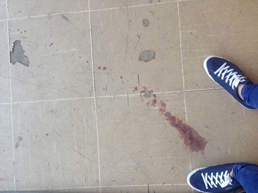 Fabrikanın içinde kan izleri görünüyor.