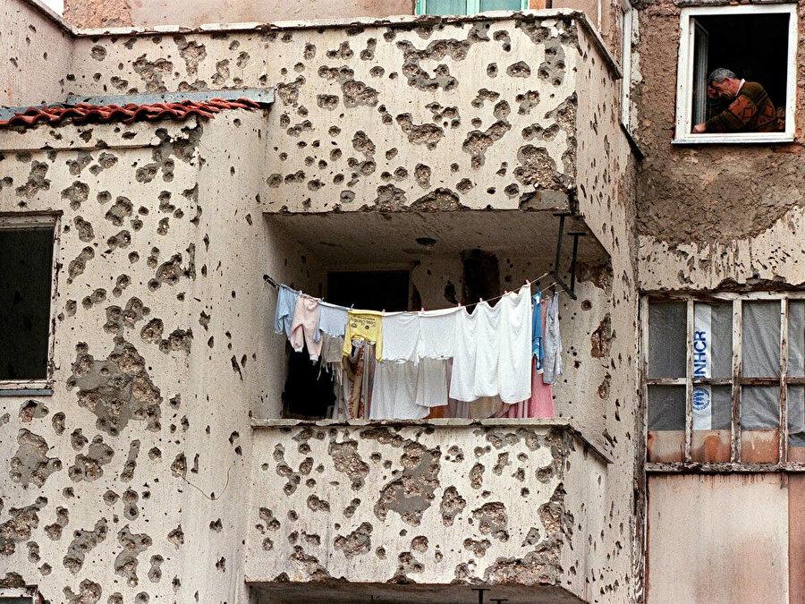 Üç yıl süren Saraybosna kuşatmasının ardından çekilmiş bu fotoğraf, savaşın ne kadar çetin ve acımasız geçtiğini gözler önüne seriyor.