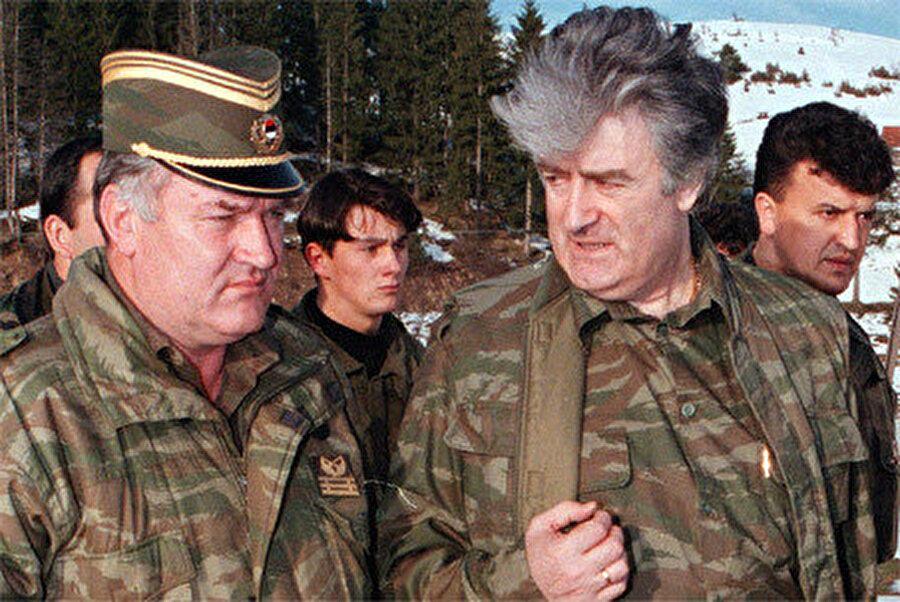 Bosna Sırp Ordu Komutanı Ratko Mladiç (solda )ve hemen sağında Bosna Sırp Cumhuriyeti Başkanı Radovan Karadziç.