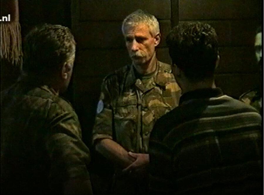 Srebrenitsa BM Barış Gücü Komutanı Karremans'ın çaresizliği vücut hareketlerine yansıyor, Mladiç karşısında el pençe duruyordu.