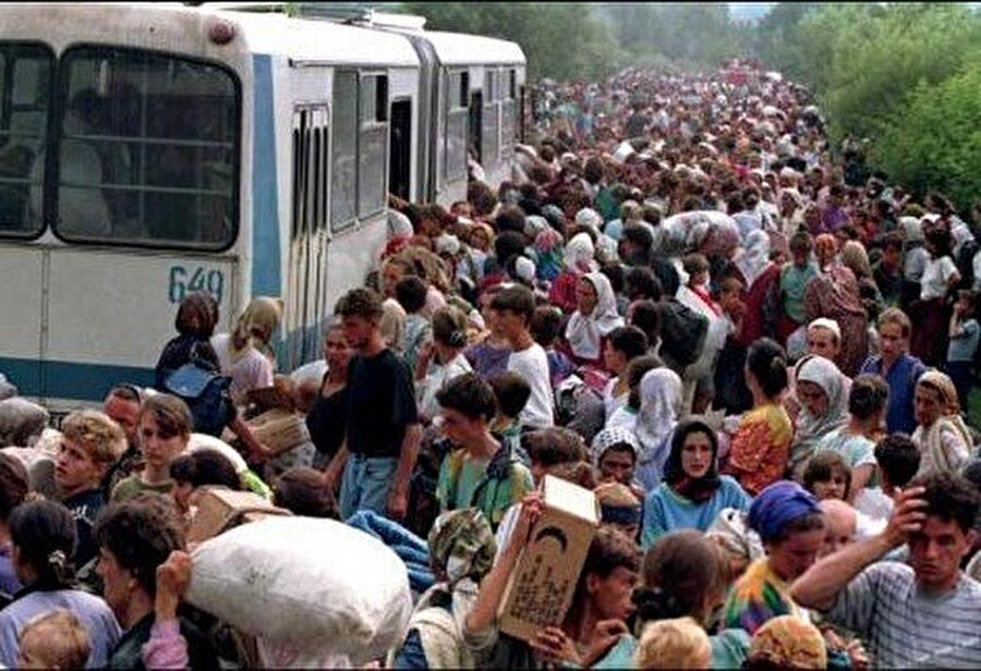 Otobüslerle tahliye edilmeyi bekleyen Bosnalı Müslümanlar.