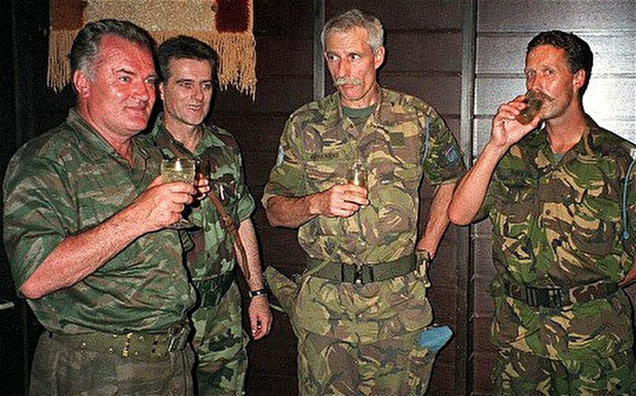 Ratko Mladiç ve Hollandalı komutan Karremans.