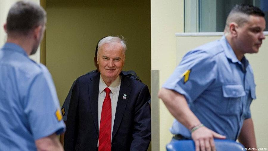 Ratko Mladiç yargılanmasına devam edilmek üzere duruşma salonuna getirilirken.