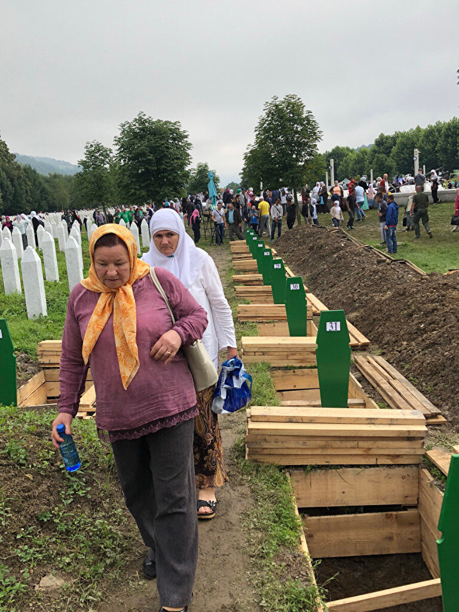 Her sene kimlikleri tespit edilen kurbanlar, anma etkinliklerinde törenin ardından defnediliyor. Bu sene açılan mezarlar art arda sıralanmış.