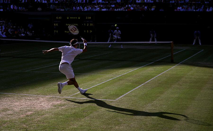 Roger Federer'in forehandinin arka plandan çekimi.