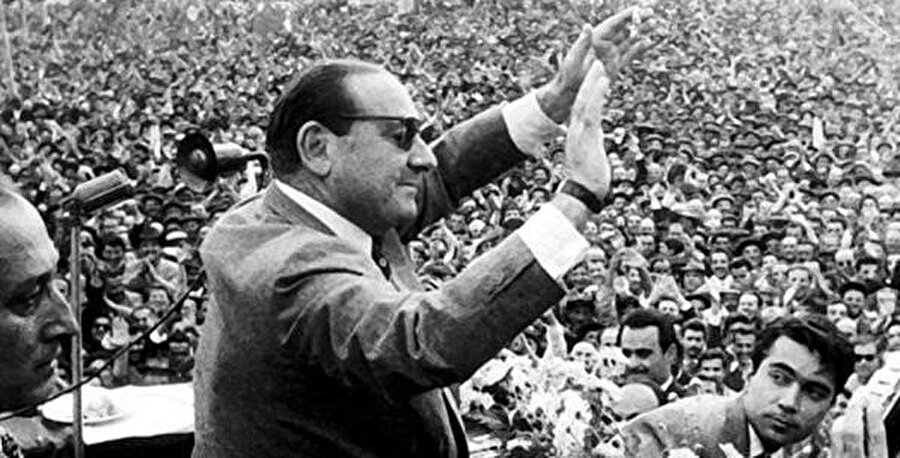 Adnan Menderes'in başında bulunduğu Demokrat Parti'nin (DP) 14 Mayıs 1950'de seçim kazanmasıyla Türkiye Cumhuriyeti çok partili hayata geçmiştir.