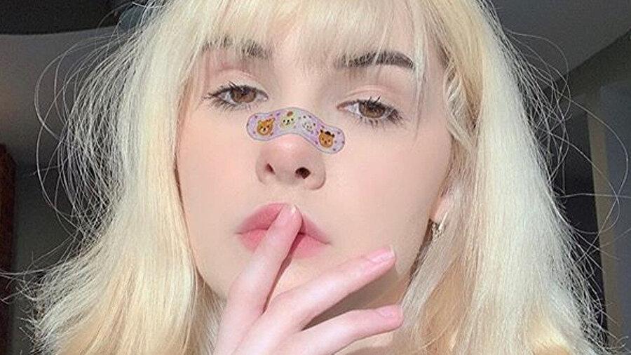 Bianca Devins, orijinal makyaj ve kıyafet tarzıyla ilgi çekiyordu. Genç fenomenin 'program filtreleriyle' oluşturduğu postlar da büyük beğeni kazanmıştı.