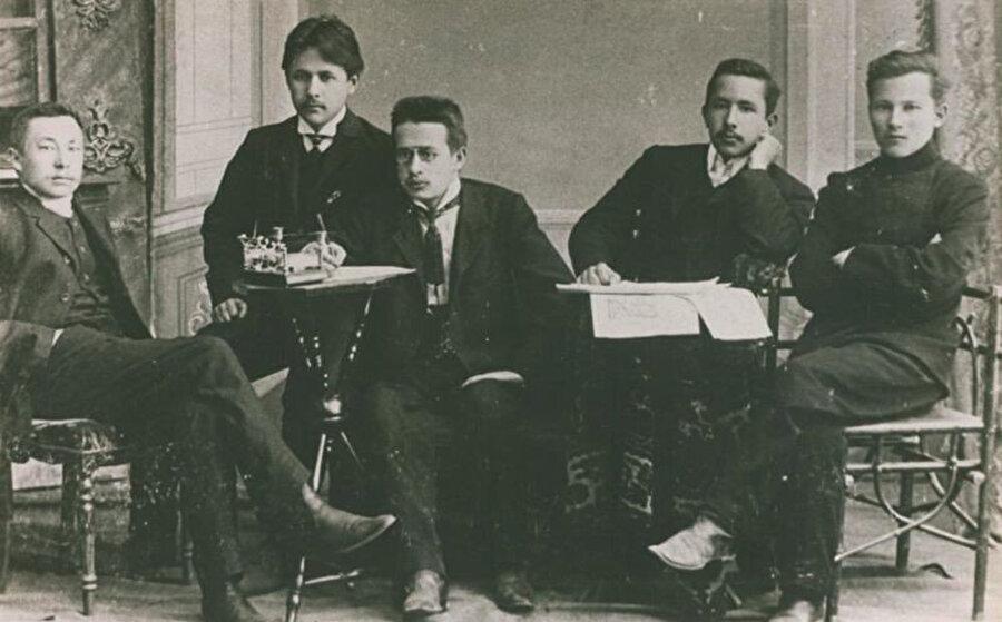 Şairin 1908 yılında Al-Islah gazetesinin çalışanları ile çekilmiş bir fotoğrafı.