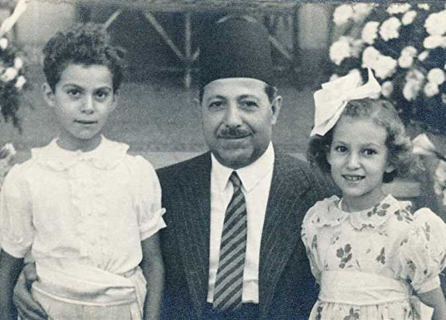 Bir İhvân mensubu tarafından öldürülen Mısır Başbakanı Mahmud Fehmî Nukrâşî Paşa, torunlarıyla.