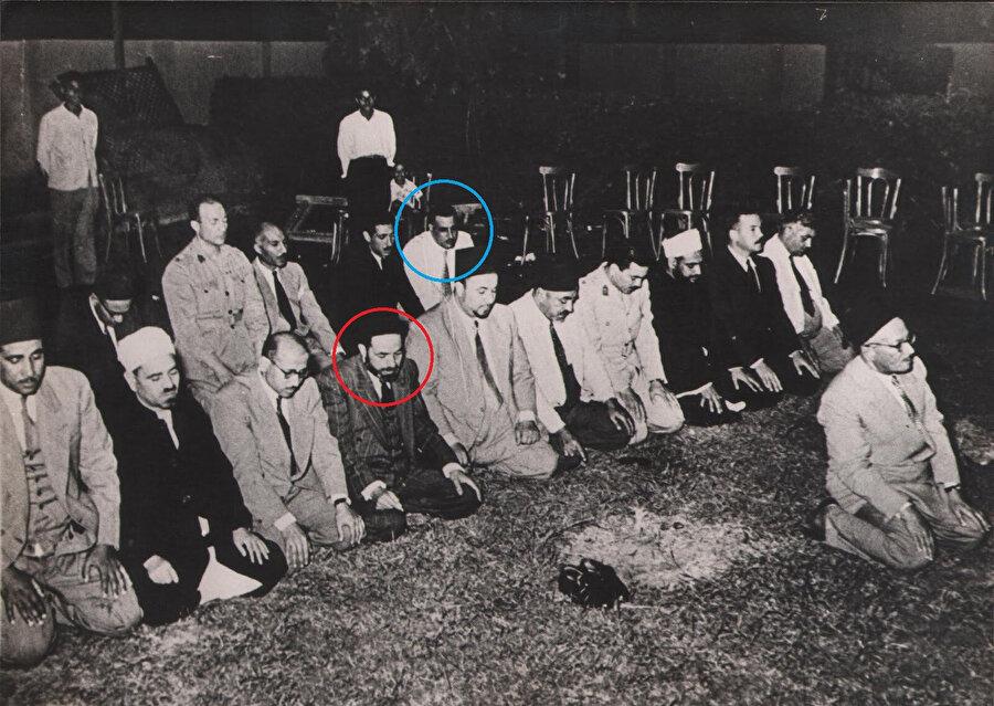 Hasan Hudaybî'nin imametinde, Mısır ordusuna mensup subaylar ve İhvân üyeleri cemaatle namazda. Kısa süre sonra Mısır cumhurbaşkanlığına yükselecek olan Cemal Abdunnâsır, arka safta (mavi kare içinde). İlk safta ise, Hasan el Bennâ'nın ağabeyi Abdurrahman el Bennâ görülüyor.