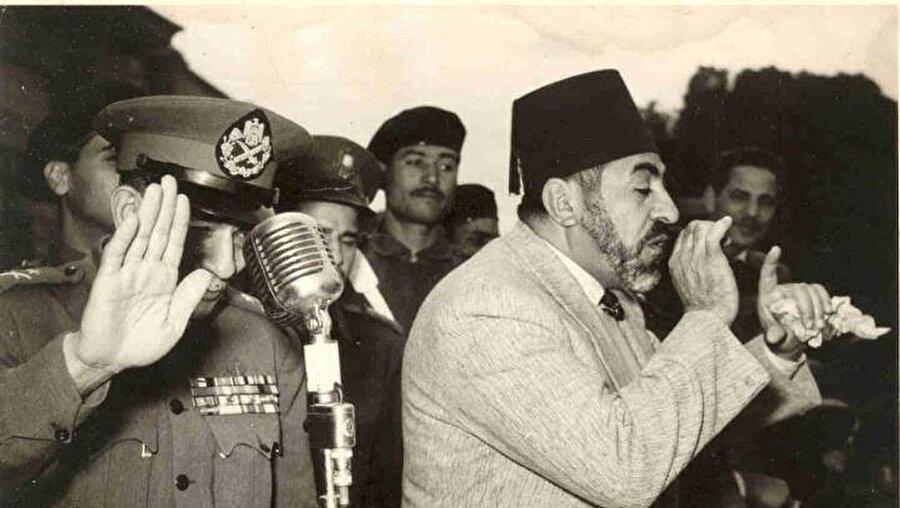 Cemal Abdunnâsır tarafından idam ettirilecek olan İhvân üst düzey isimlerinden Abdulkadir Udeh, darbeden hemen sonra halka açık bir konuşma yaparken... Hemen yanında halkı selamlayan ise darbenin lider kadrosundan General Muhammed Necîb.