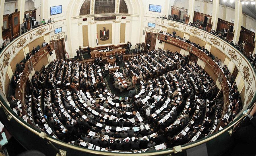 1980'lerin ortasından itibaren çok sayıda İhvân üyesi, Mısır Parlamentosu'nda görev yaptı. Bunlardan biri de Muhammed Me'mûn Hudaybî idi.