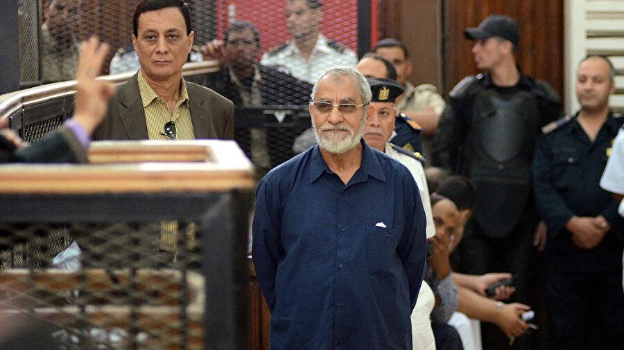 Yargılandığı davalardan birinin duruşması sırasında, Muhammed Bedî...