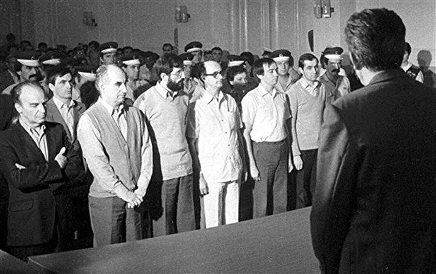 1985'in mart ayında tutuklanan Aliya İzzetbegoviç (En sol), Ömer Behmen (Aliya'nın yanı) ve diğer teşkilat üyeleri mahkemede.