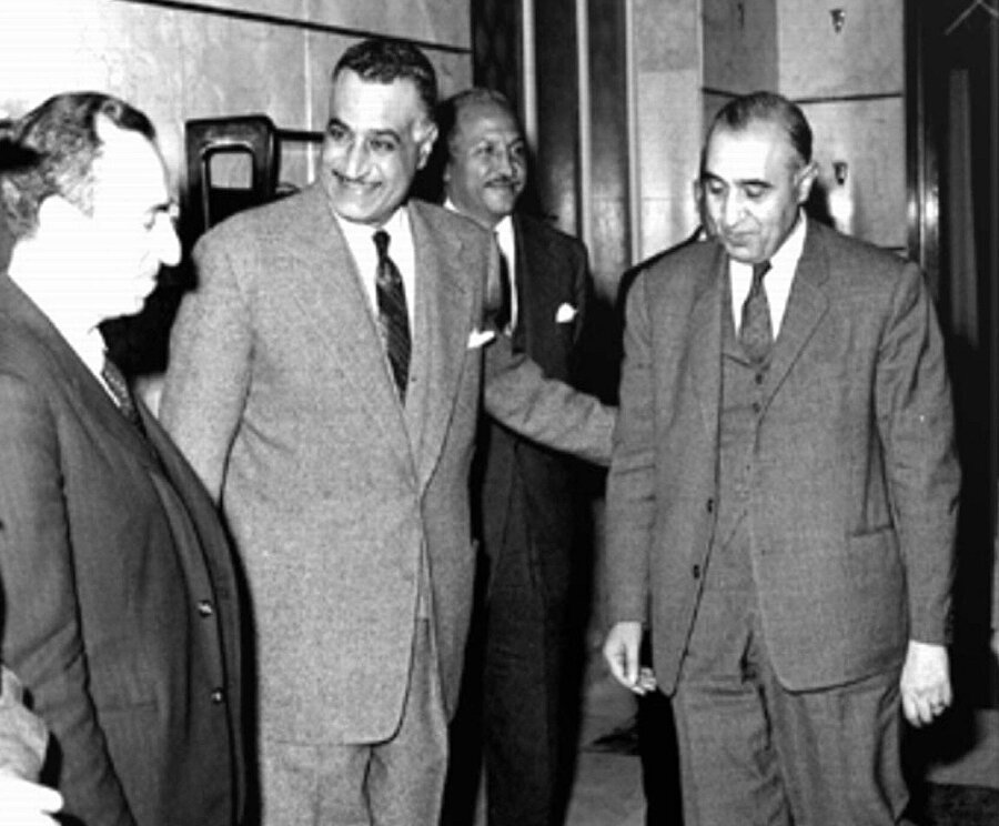 Baas'ın kurucuları Aflak (en solda) ve Bitâr (en sağda), Mısır Cumhurbaşkanı Cemal Abdunnâsır'la birlikte, 1958.