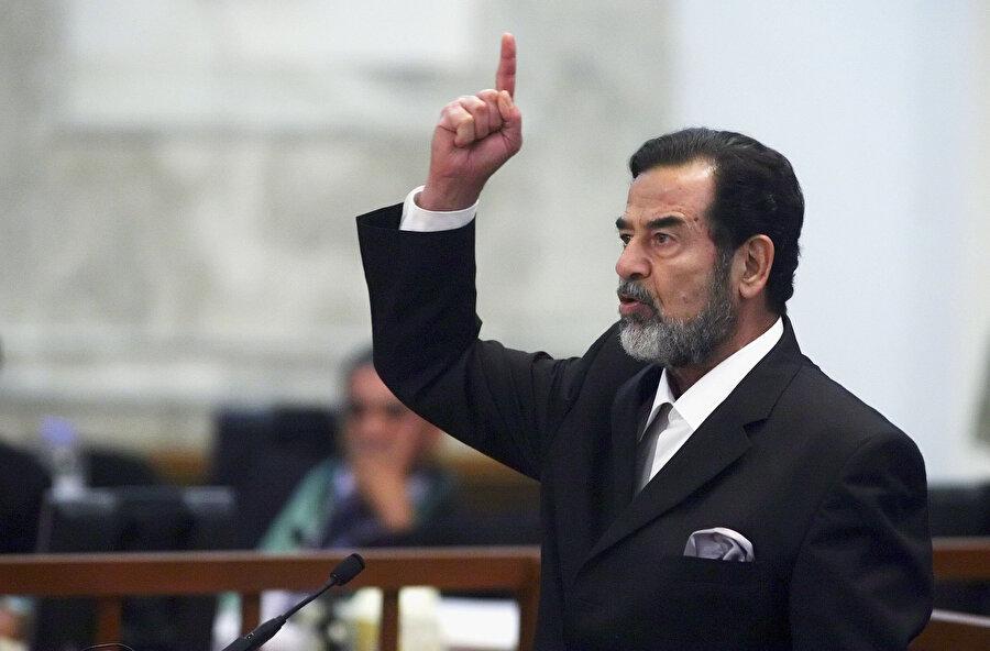 Saddam Hüseyin, ABD'nin Irak'ı işgalinden sonra, yargılandığı mahkemede savunmasını yaparken...