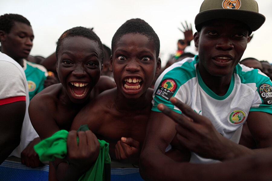 Senegalli minikler, Tunus maçındaki golü kutluyor.