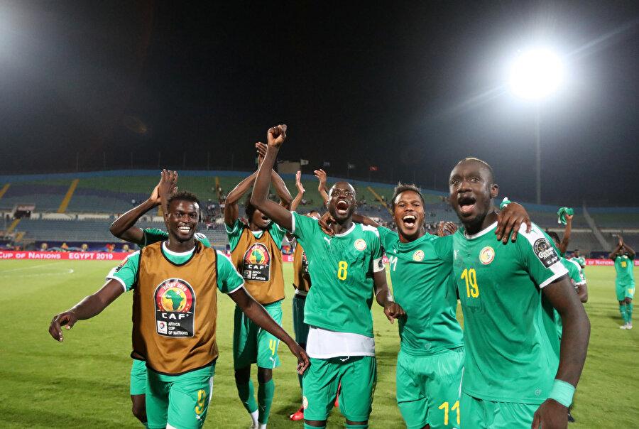 Mbaye Diagne takım arkadaşlarıyla finali kutluyor.