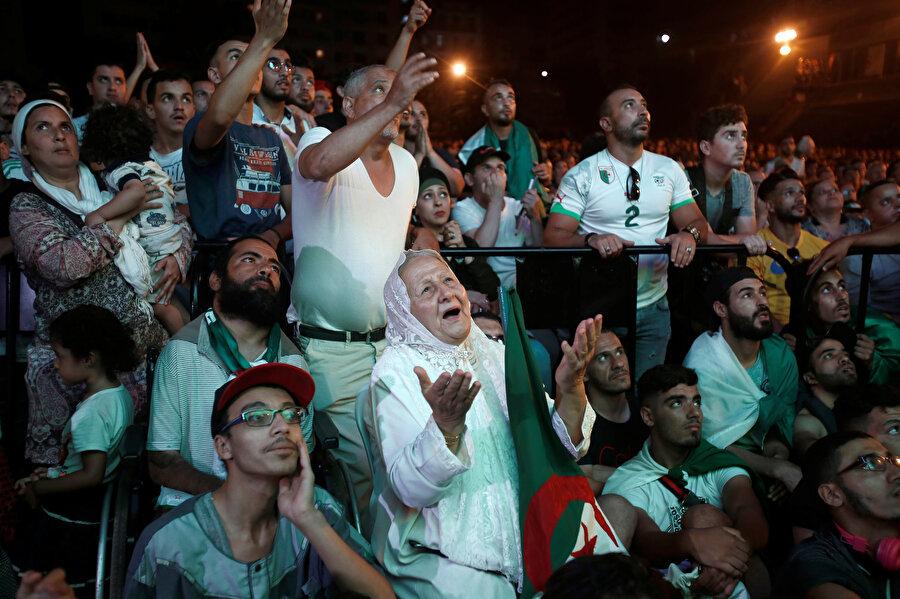 Cezayirli yaşlı futbolseverlerin aklı fikri final maçında.